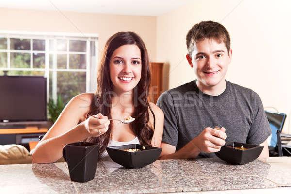 Pareja comer desayuno tiro casa Foto stock © aremafoto