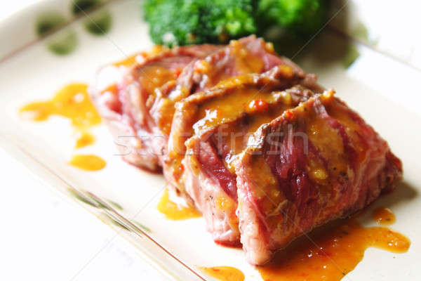 Gyengéd marhahús szeletek földimogyoró mártás brokkoli Stock fotó © aremafoto