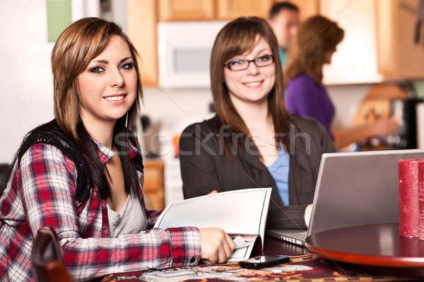 Dois irmãs casa tiro cozinha pais Foto stock © aremafoto