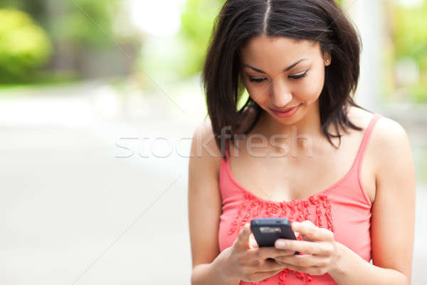 Nő sms chat lövés félvér mobiltelefon lány Stock fotó © aremafoto