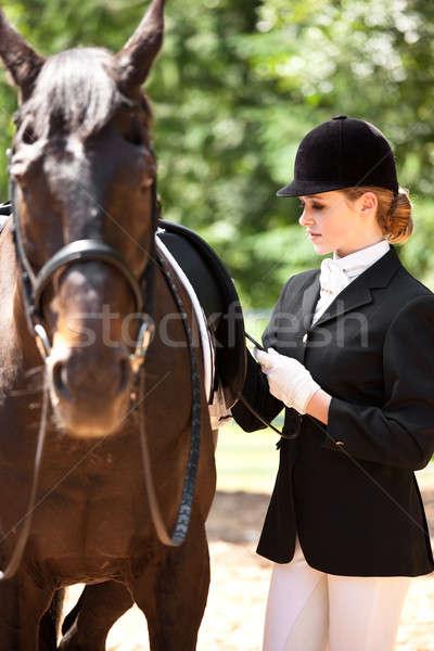 Paardrijden meisje kaukasisch klaar vrouw paard Stockfoto © aremafoto