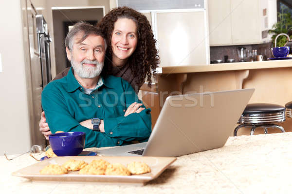 Foto stock: Pai · filha · usando · laptop · senior · meio · idade