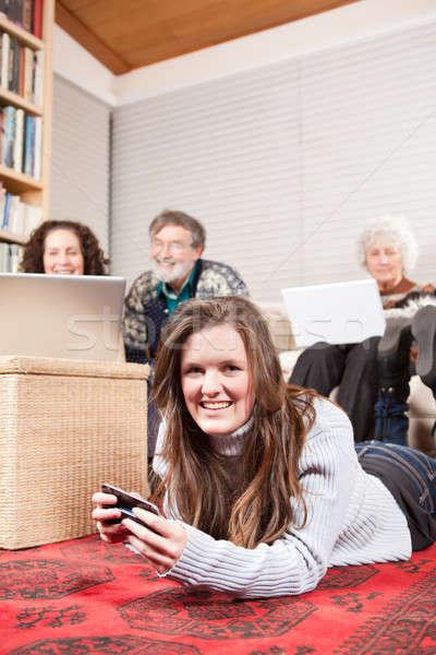 Rodziny technologia bezprzewodowa dom rodzinny laptop komórka telefonu Zdjęcia stock © aremafoto