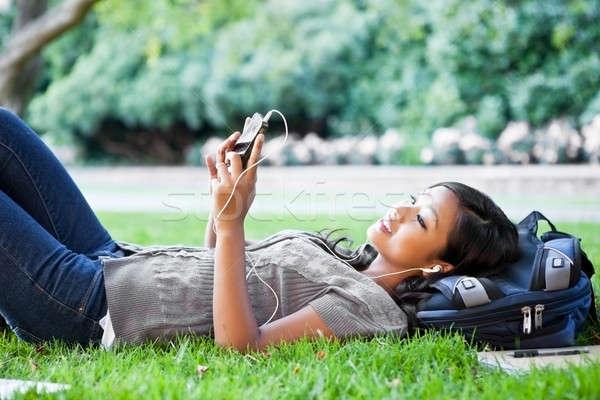Zdjęcia stock: Asian · słuchanie · muzyki · shot · trawy
