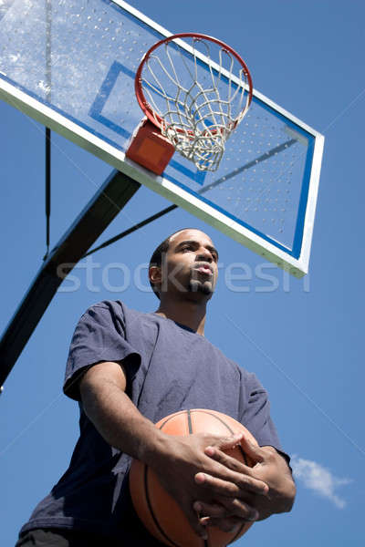 Foto stock: Africano · americano · homem · posando · basquetebol · esportes