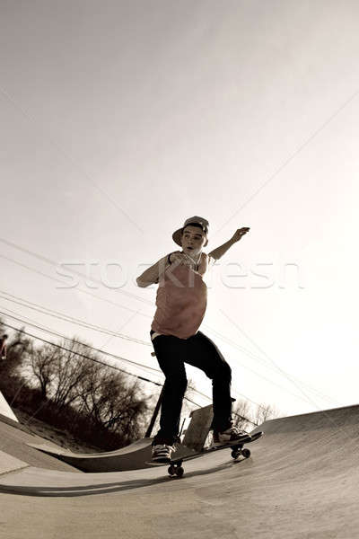 Skateboarder rampe jeune homme skateboard vers le bas skate Photo stock © ArenaCreative