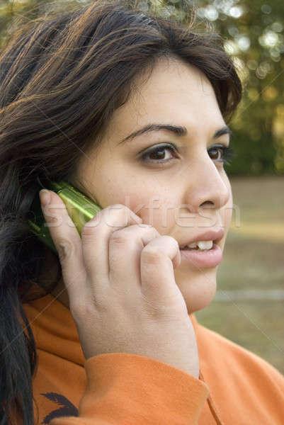 Beszél mobiltelefon gyönyörű fiatal nő leszármazás nő Stock fotó © ArenaCreative