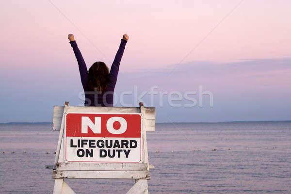 Ontspannen strand vrouw armen omhoog lucht Stockfoto © ArenaCreative