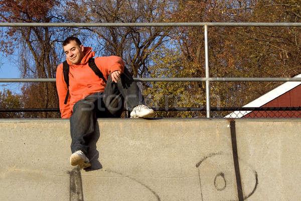 Skate parque joven posando superior skateboard Foto stock © ArenaCreative