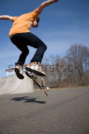 Rampa moço skateboarding para baixo patinar Foto stock © ArenaCreative