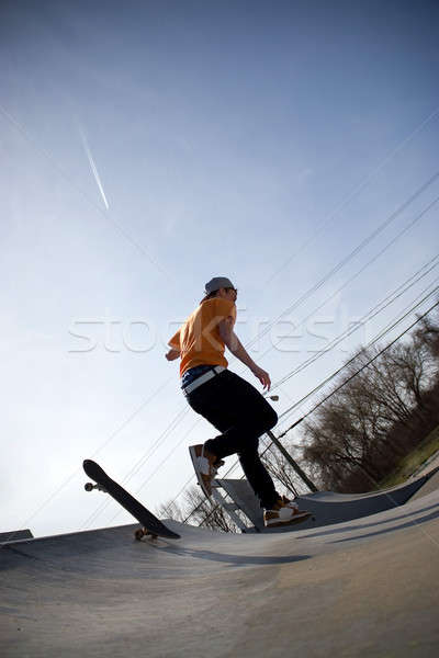 Skateboarder relevant portrait jeunes bord Photo stock © ArenaCreative