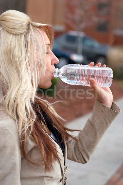 Mulher água potável jovem feminino potável Foto stock © ArenaCreative