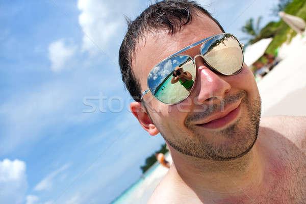 Tropikalnej plaży wakacje człowiek okulary Zdjęcia stock © ArenaCreative