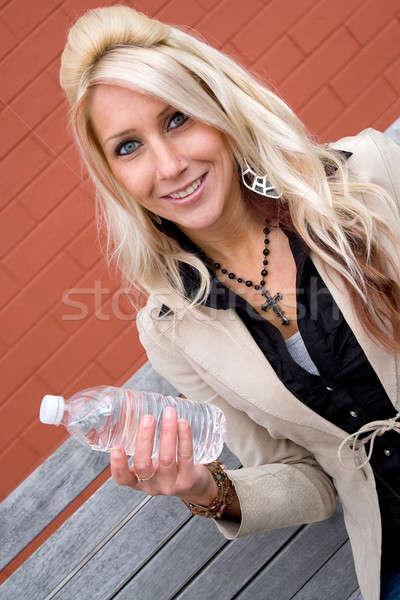 Lány palackozott víz fiatal szőke nő női tart Stock fotó © ArenaCreative