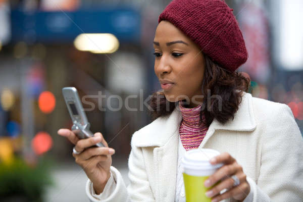 Zakenvrouw telefoon koffie aantrekkelijk afro-amerikaanse mobiele telefoon Stockfoto © ArenaCreative