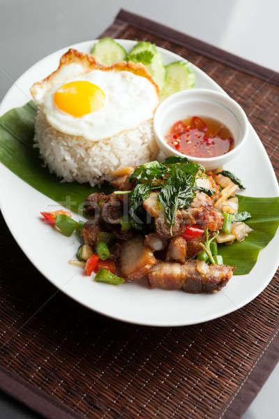 Thai ropogós disznóhús tükörtojás hagyományos edény Stock fotó © arenacreative