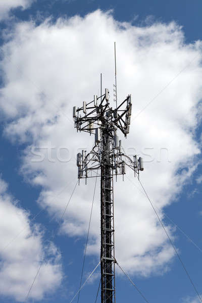 Telefon mobil antenă turn celular izolat Blue Sky Imagine de stoc © ArenaCreative