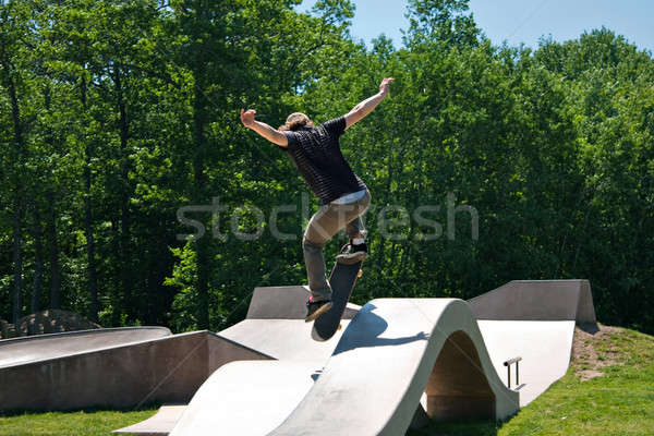 Skateboarder sautant skate rampe action coup Photo stock © arenacreative