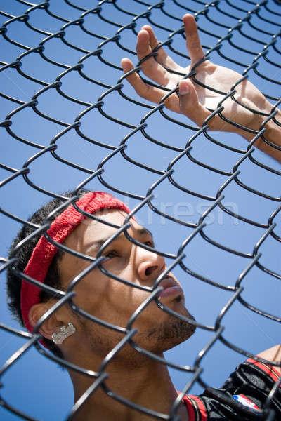 Młodych w górę łańcucha ogrodzenia boisko do koszykówki Zdjęcia stock © ArenaCreative