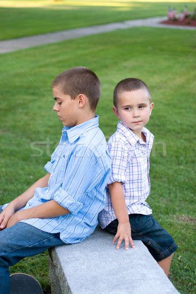 Stock fotó: Kettő · fiúk · ül · fiútestvérek · hát · pad