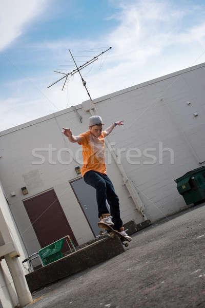 Gördeszkás portré fiatal előad trükk városi Stock fotó © ArenaCreative