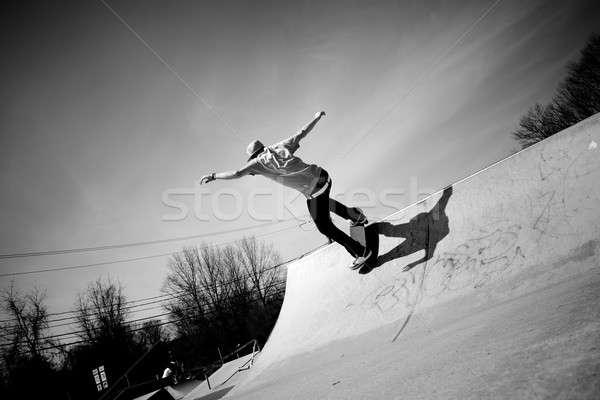 Gördeszka rámpa portré fiatal gördeszkás korcsolyázás Stock fotó © ArenaCreative