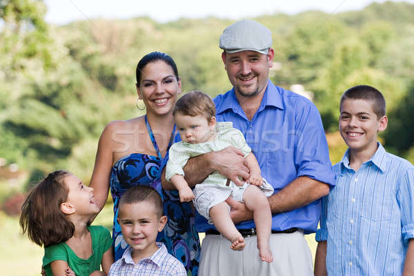 Famiglia felice insieme attrattivo giovani famiglia parco Foto d'archivio © ArenaCreative