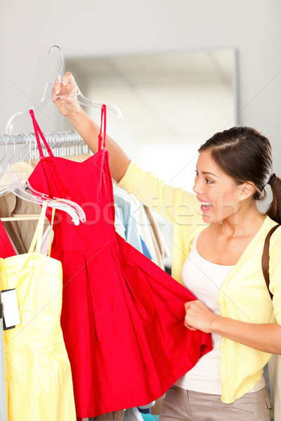 Femme Shopping achat vêtements robe rouge Photo stock © Ariwasabi