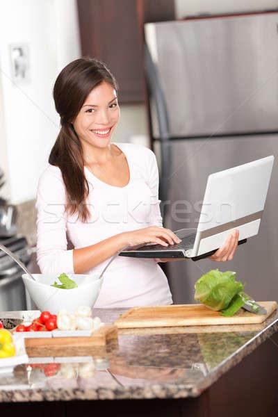 Сток-фото: кухне · женщину · ноутбука · ПК · приготовления