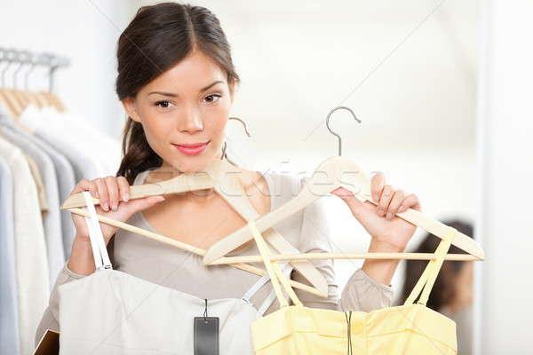 Shopping · donna · vestiti · estate · abiti - foto d archivio ... c0e27f1f71a