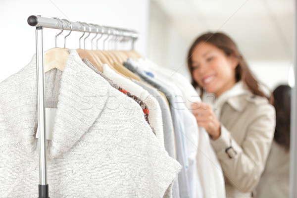 Kleding vrouw winkelen kleding store naar Stockfoto © Ariwasabi