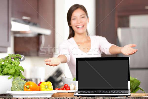 Nő főzés mutat laptop konyha fókusz Stock fotó © Ariwasabi
