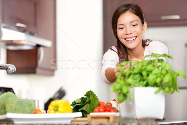 Stockfoto: Vrouw · voedsel · keuken · basilicum · plant