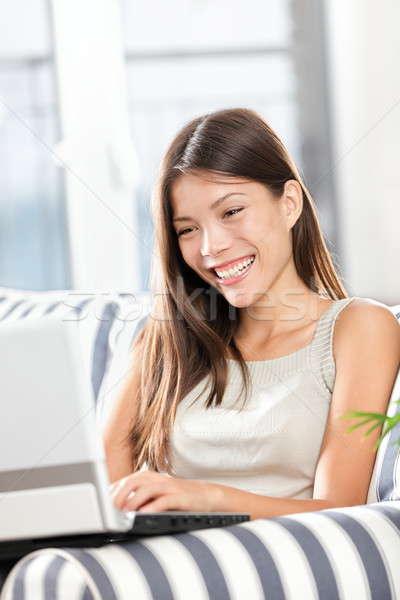 Zdjęcia stock: Kobieta · za · pomocą · laptopa · komputera · uśmiechnięty · szczęśliwy · posiedzenia