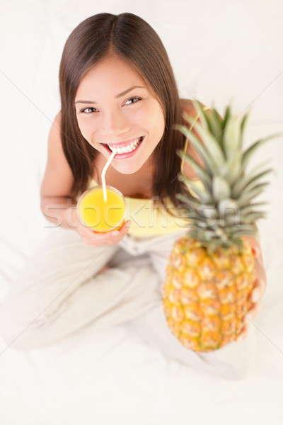 Ananász gyümölcslé iszik nő mosolyog mutat Stock fotó © Ariwasabi