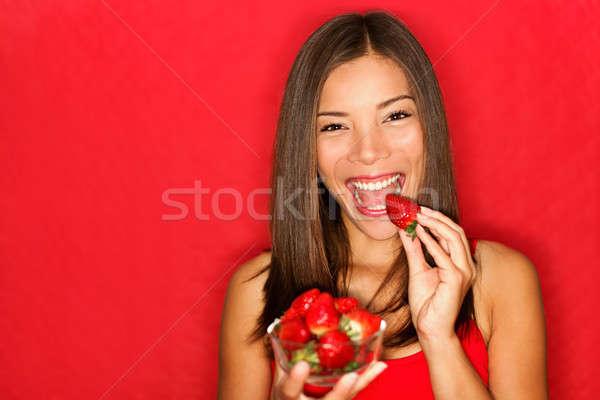 Foto stock: Mulher · alimentação · morangos · feliz · bastante · menina