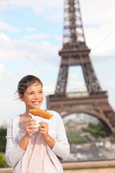 Párizs nő Eiffel-torony lány eszik francia Stock fotó © Ariwasabi