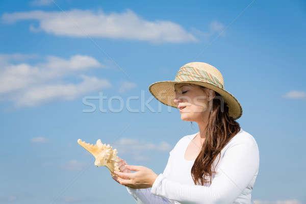 Mujer mantener estrellas de mar cielo azul cielo Foto stock © armin_burkhardt