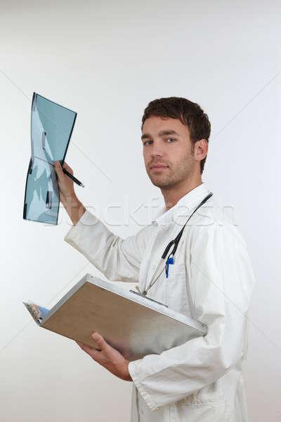 Genç doktor x ray laboratuvar belgeler fotoğraf Stok fotoğraf © armstark