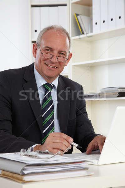 Eski iş adamı dizüstü bilgisayar bilgisayar el gülümseme Stok fotoğraf © armstark