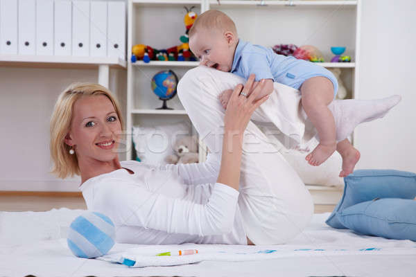 Moeder spelen baby vloer vrouw gelukkig Stockfoto © armstark
