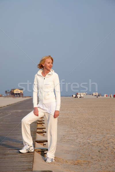 Kadın plaj gün batımı gökyüzü güneş spor Stok fotoğraf © armstark