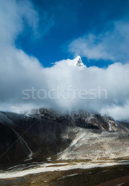 Oculto nubes senderismo himalaya paisaje nieve Foto stock © Arsgera