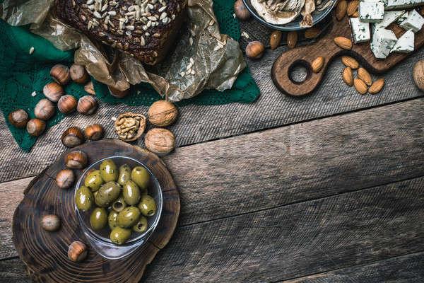 Nueces setas pan aceitunas mesa de madera rústico Foto stock © Arsgera