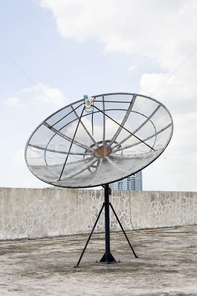 Büyük eski televizyon uydu çatı mavi gökyüzü Stok fotoğraf © art9858