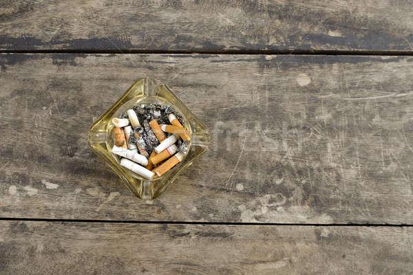 Cinzeiro completo bumbum cigarros fundo Foto stock © art9858