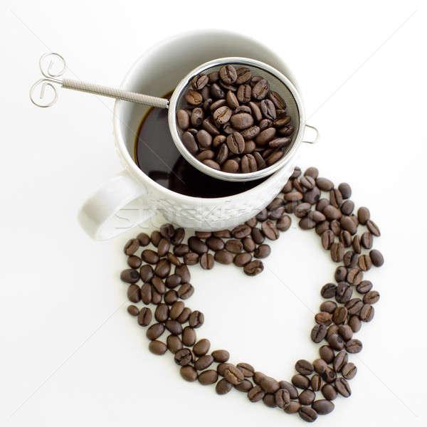 Tasse de café grain de café ligne forme de coeur blanche Photo stock © art9858