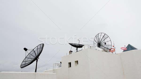 Veel satelliet gerechten dak hemel televisie Stockfoto © art9858