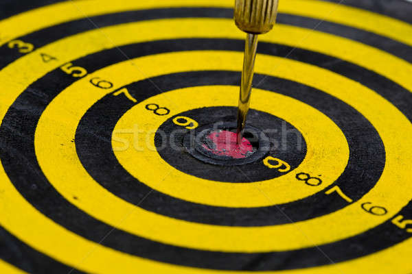 Uno freccette centro target isolato bianco Foto d'archivio © art9858