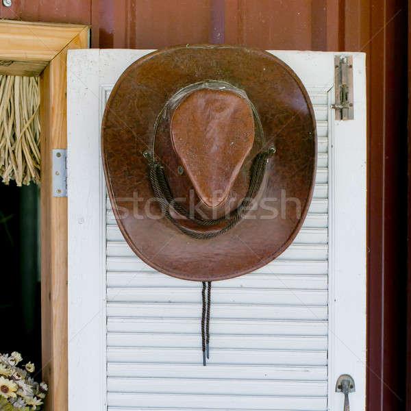 Cowboy hat wiszący drzwi Zdjęcia stock © art9858